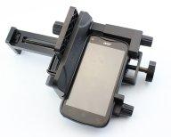 Смартфон закреплен в переходнике, смонтированном на площадке универсального адаптера