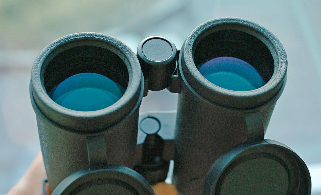 На линзы объективов бинокля SIGETA Grace ED 8x42 нанесено зеленовато-голубое покрытие
