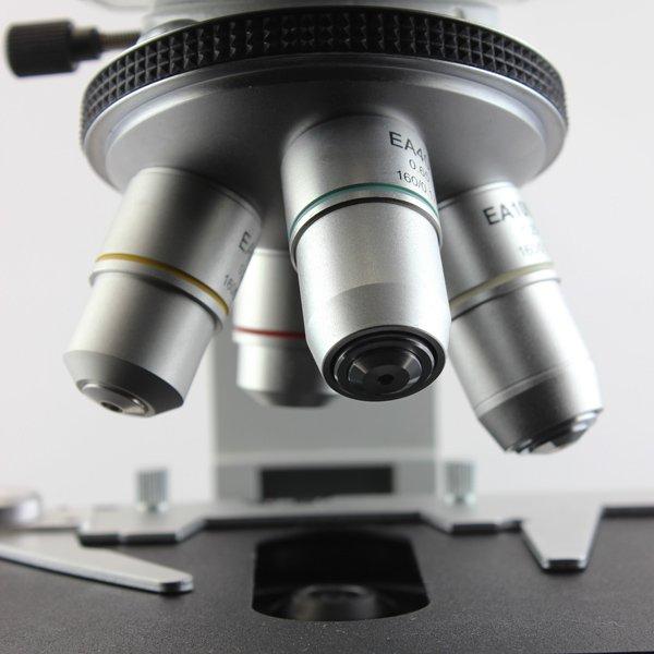 4-гнездное револьверное устройство микроскопа Sigeta MB-303 ориентировано наружу; объективы 40x и 100x имеют пружинную оправу