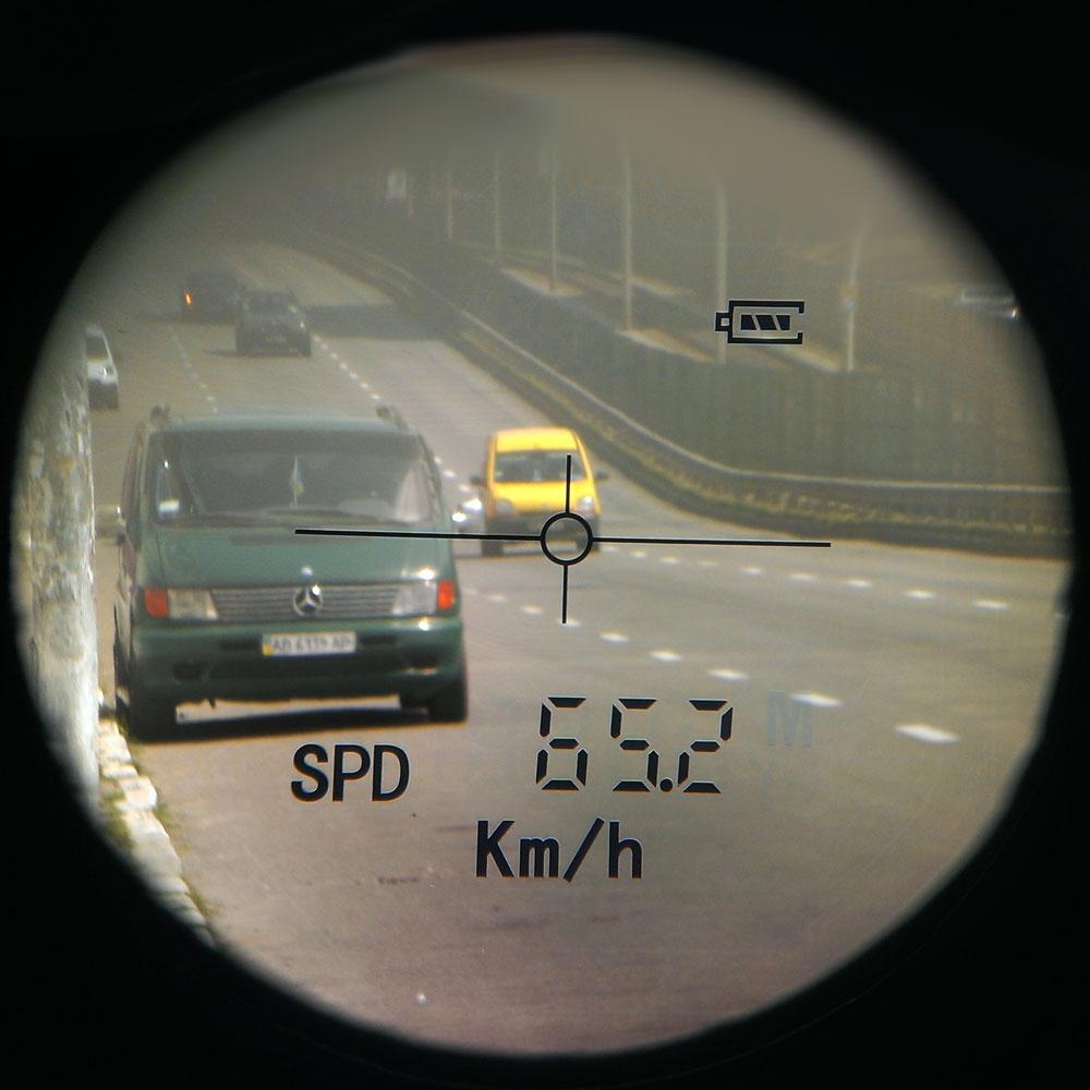Определение скорости встречных автомобилей: вид через окуляр дальномера Sigeta iMeter