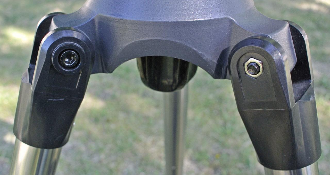 Крепление ног телескопа в петлях: болты с цилиндрическими головками под шестигранник