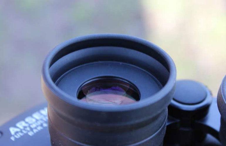 Резиновый наглазник с большим выносом зрачка на окуляре астрономического бинокля Arsenal 15х70 Porro