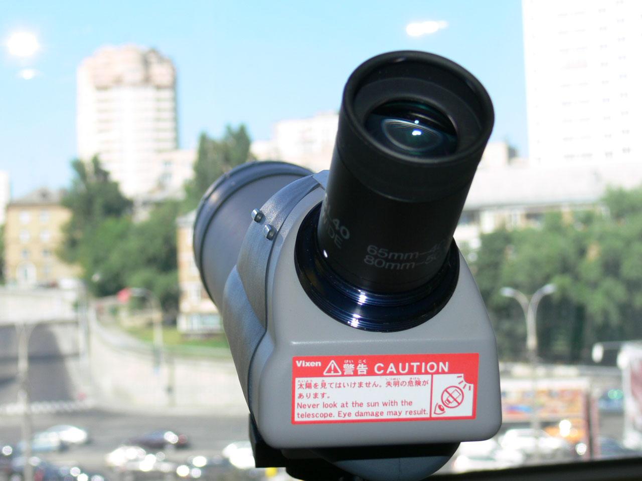 Установленный на подзорную трубу Vixen Geoma 65A окуляр 40х