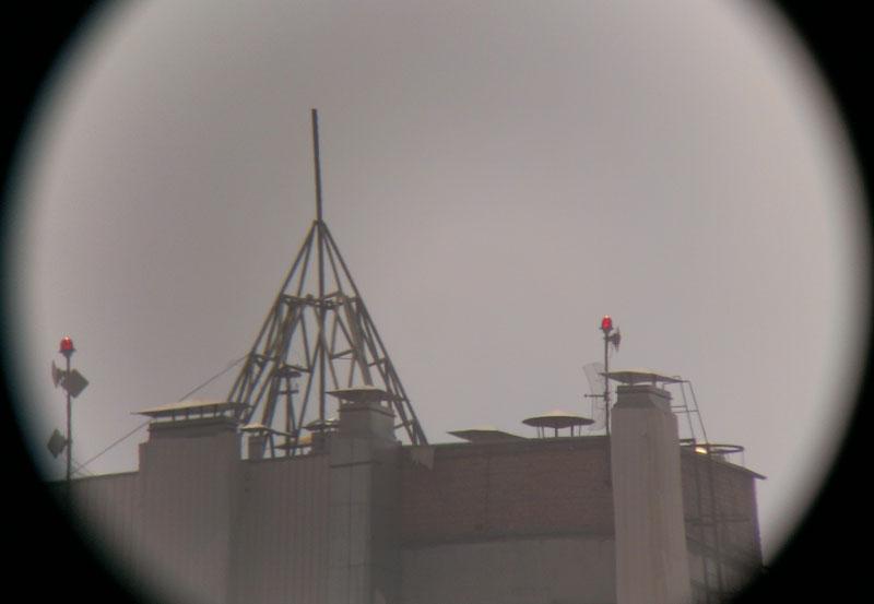 Антенны на крыше многоэтажки при 20-кратном увеличении подзорной трубой Konus Konuspot-70